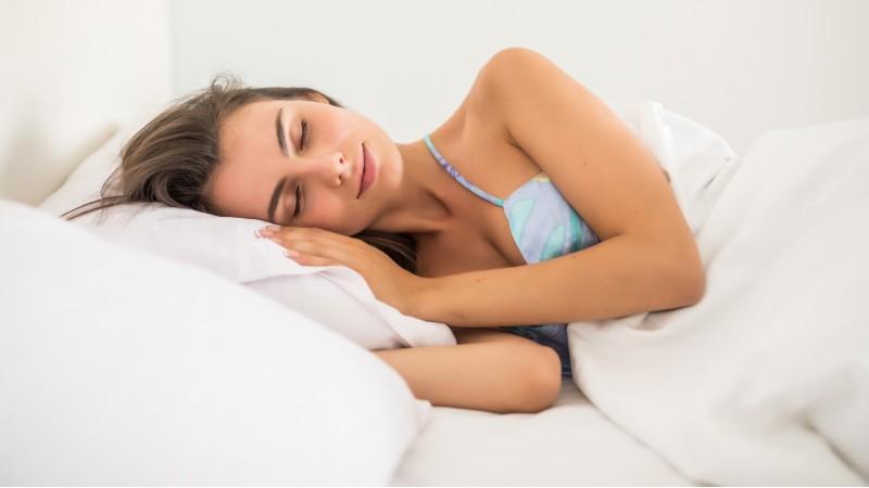 ¿Por qué sacamos una pierna de la cama al dormir?